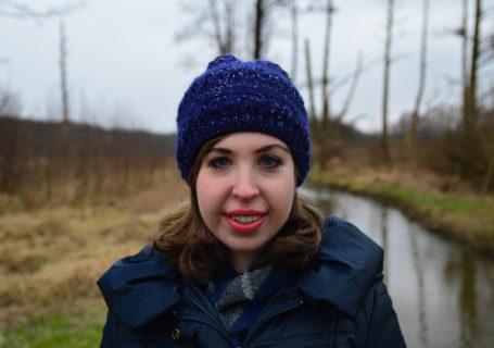 dziewczynka z długimi rzęsami chrzescijanka z sąsiedztwa zima parki rzeka