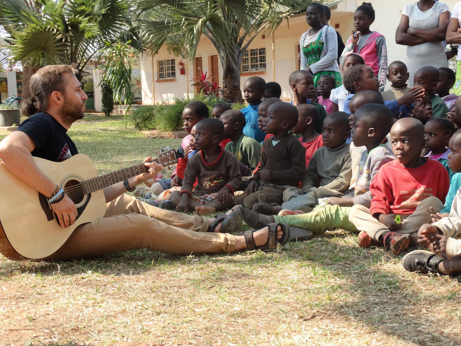 Projekt zambia misje dzieci Afryka chłopak gra wolontariat gitara