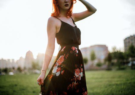 dziewczyna-czarna-sukienka-dobro-wraca-lato-wiosna-zieleń-ruda