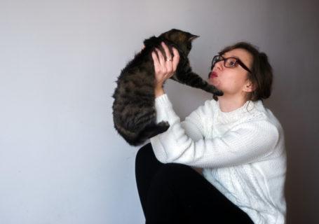 Babcia-Gawędziarka-kot-sweter-dziewczyna