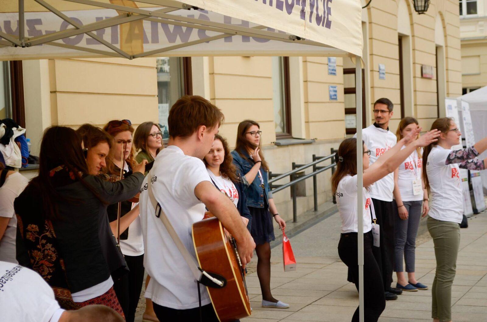 Ewangelizacja naJuwenaliach zespół gitara ksiądz muzyka studenci