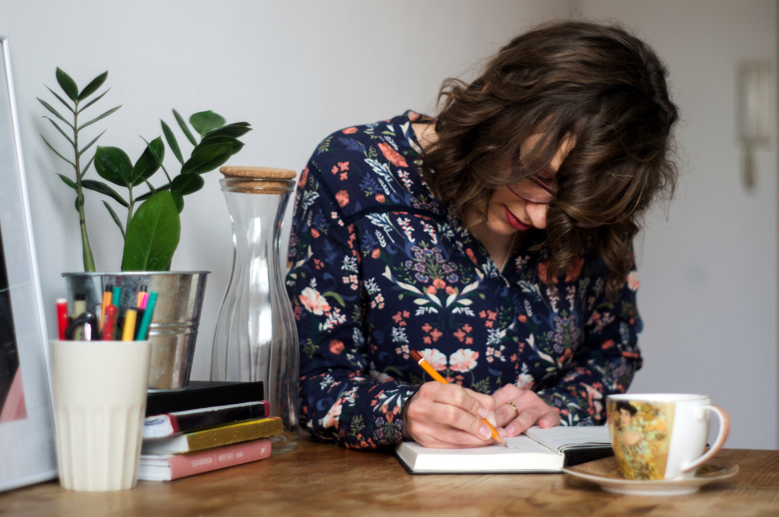 dziewczyna-pisze-pamiętnik-wspomienia-blog-zeszyt-szkoła