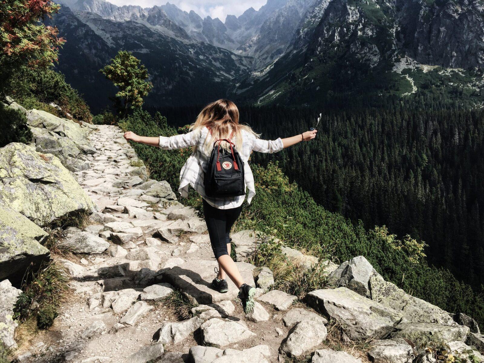 kobieta radość wolność góry bieg szczyt