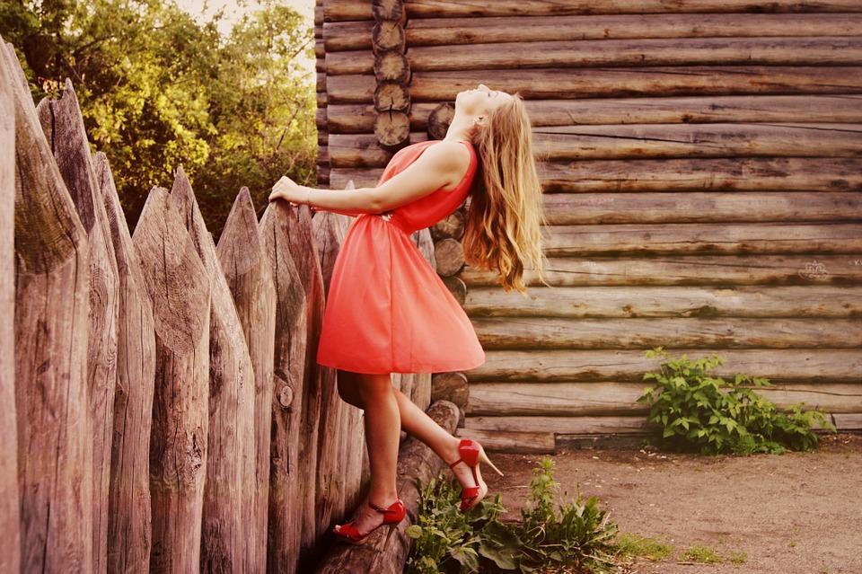 sukienka czerwona dziewczyna włosy