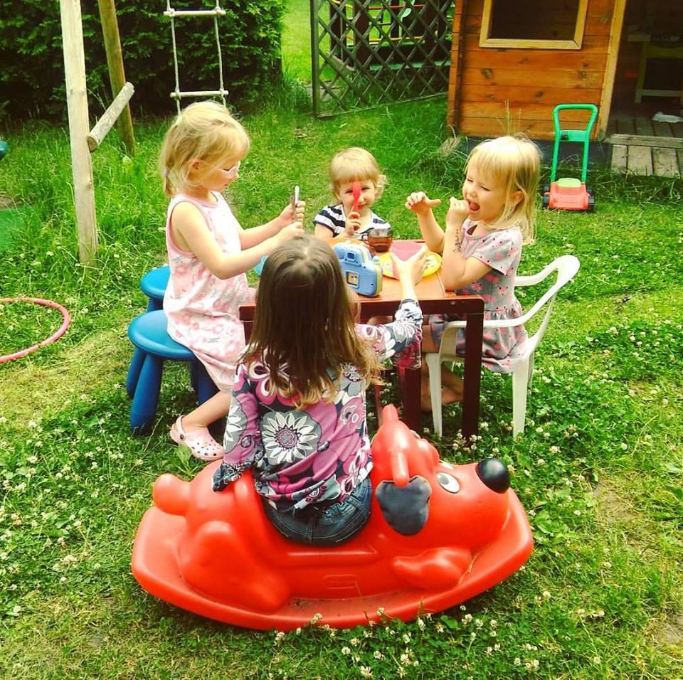 dzieci ogródek dziewczynki wakacje zabawa siostry