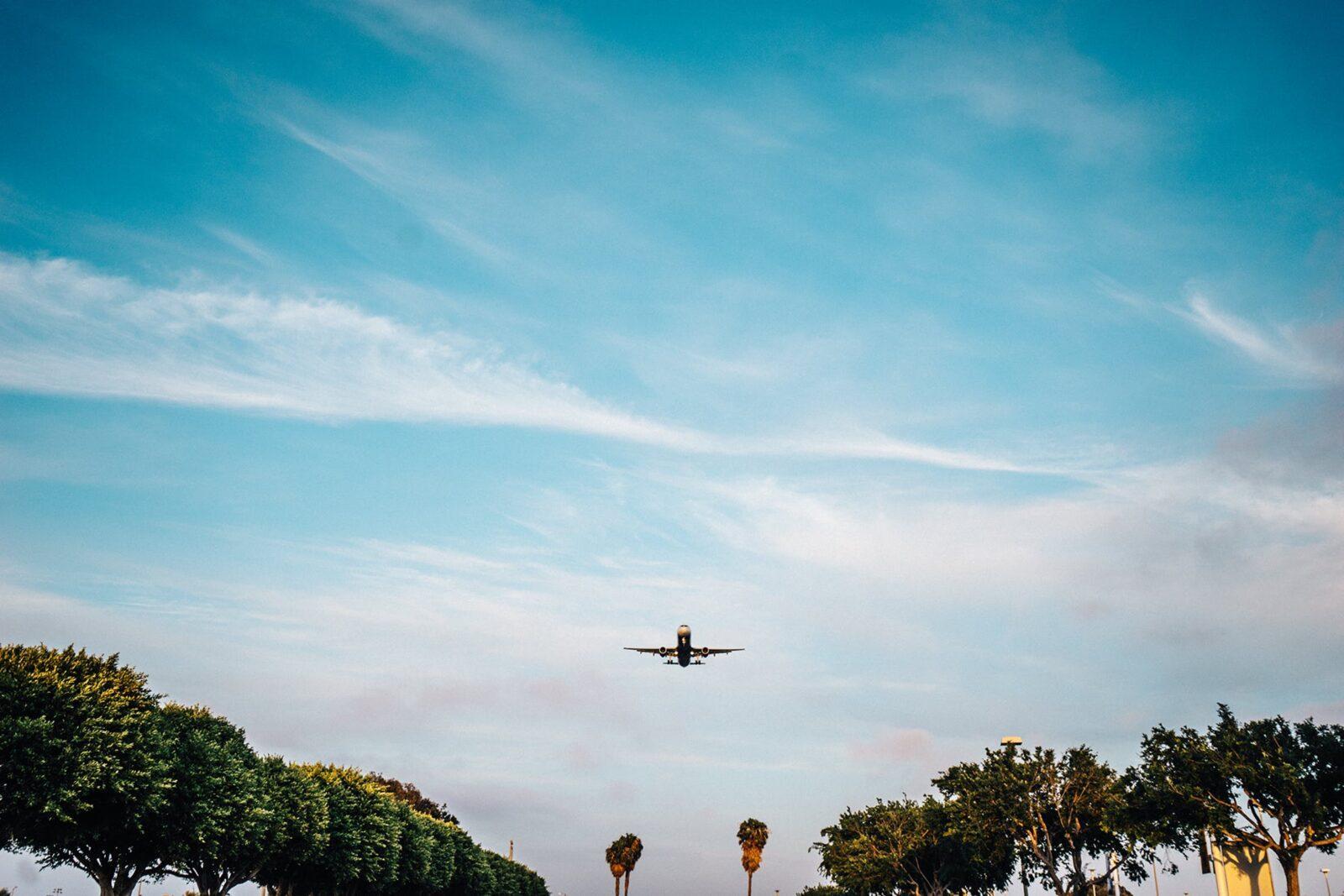 samolot lot niebo chmury przestworze drzewa zlotu ptaka