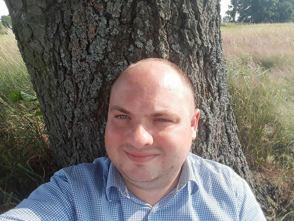 Mężczyzna chłopak drzewo las park konar gałąź