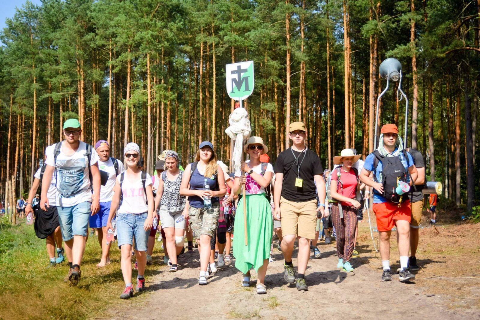 pielgrzymka WAPM grupa biało-zielona las młodzież znaczek pielgrzymkowy