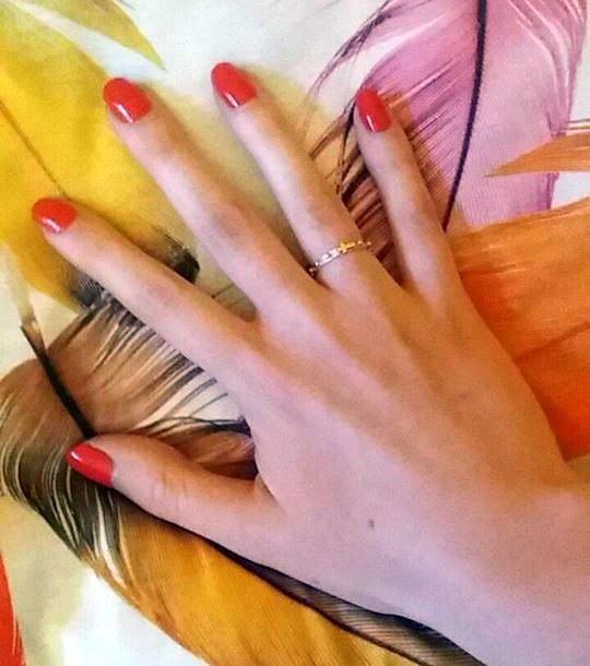 Różaniec koronka pióra lakier czerwony manicure palce ręka paznokcie