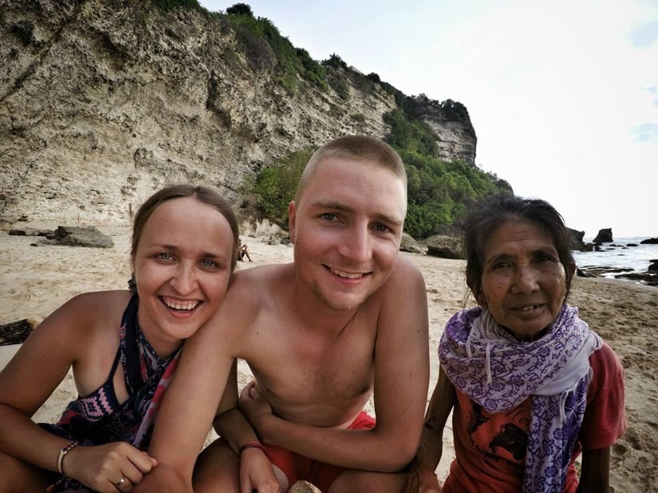 Na Nowej Drodze Życia Bali plaża staruszka para