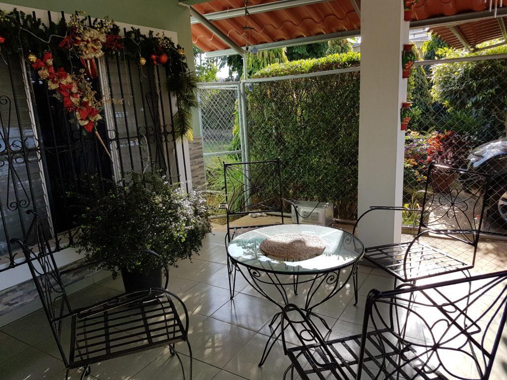 Panama taras nadworzu przeddomem krzesła istoliki święta
