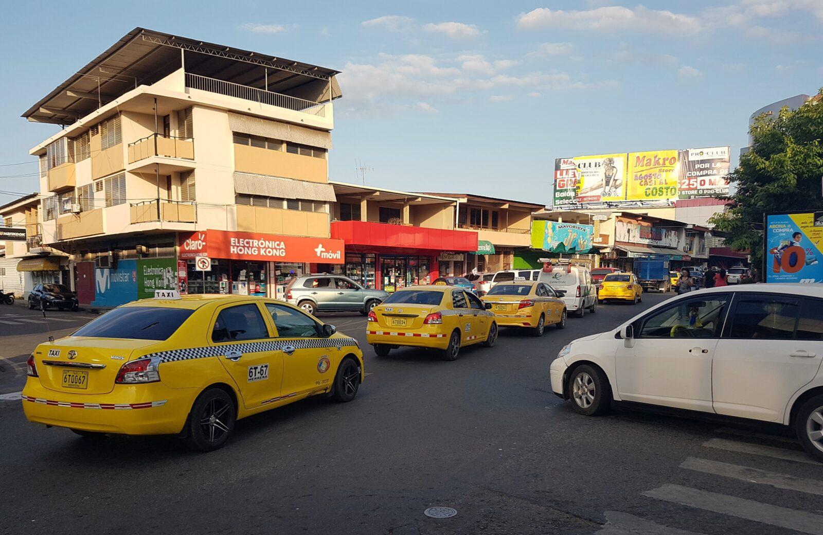 ruch drogowy wPanamie taksówki żółte jezdnia przejście dla pieszych ulica panama
