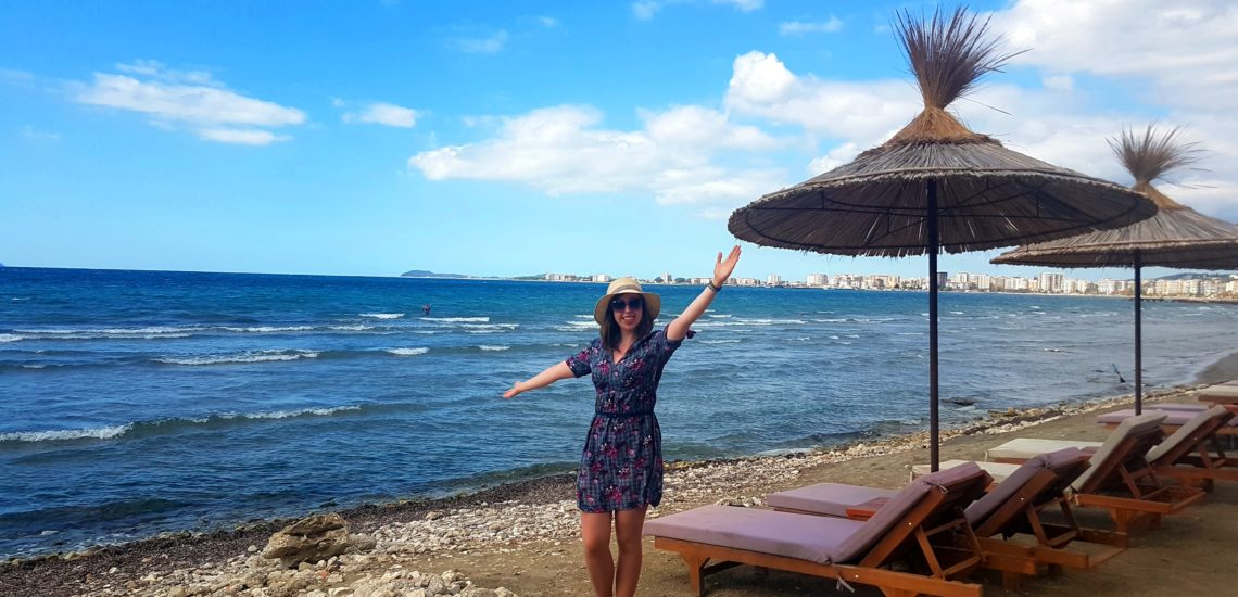 plaża kobieta dziewczyna woda sukienka, niebo, leżak, piękne=wartościowe