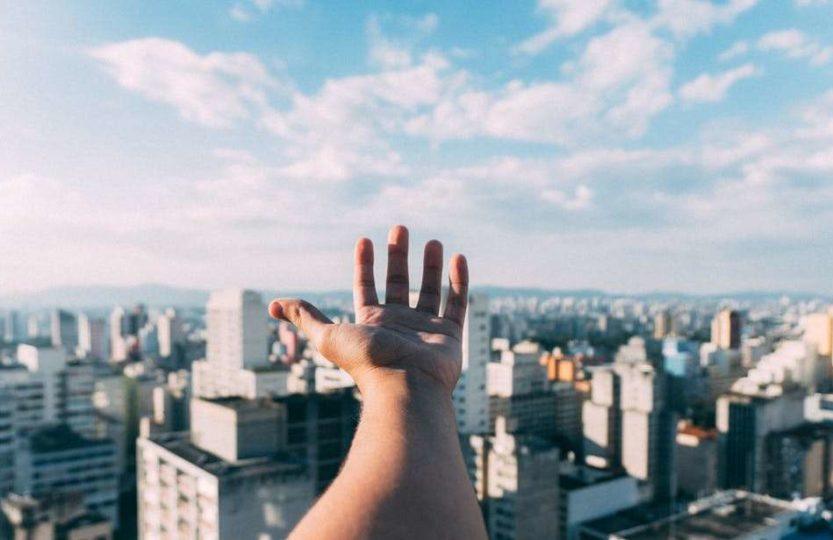 Świat na wyciągnięcie ręki domy niebo miasto budynki chmury